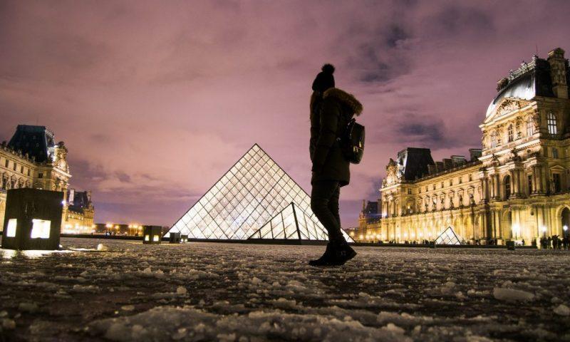 Zvečer pri osvetljeni piramidi Louvra