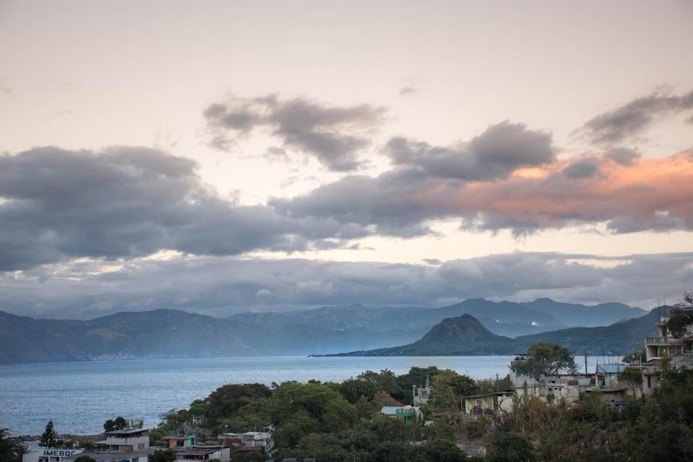 Jezero Atitlan in v daljavi hrib, ki spominja na znamenito skico Exupery-a