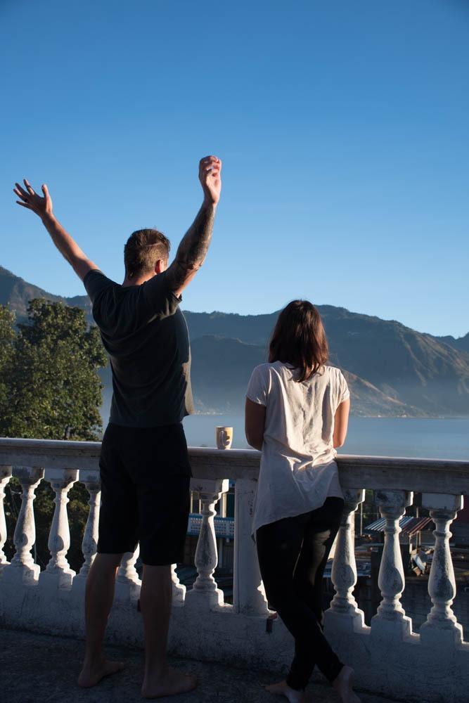 Na terasi najinega Airbnb ob jezeru Atitlan zjutraj s kavico