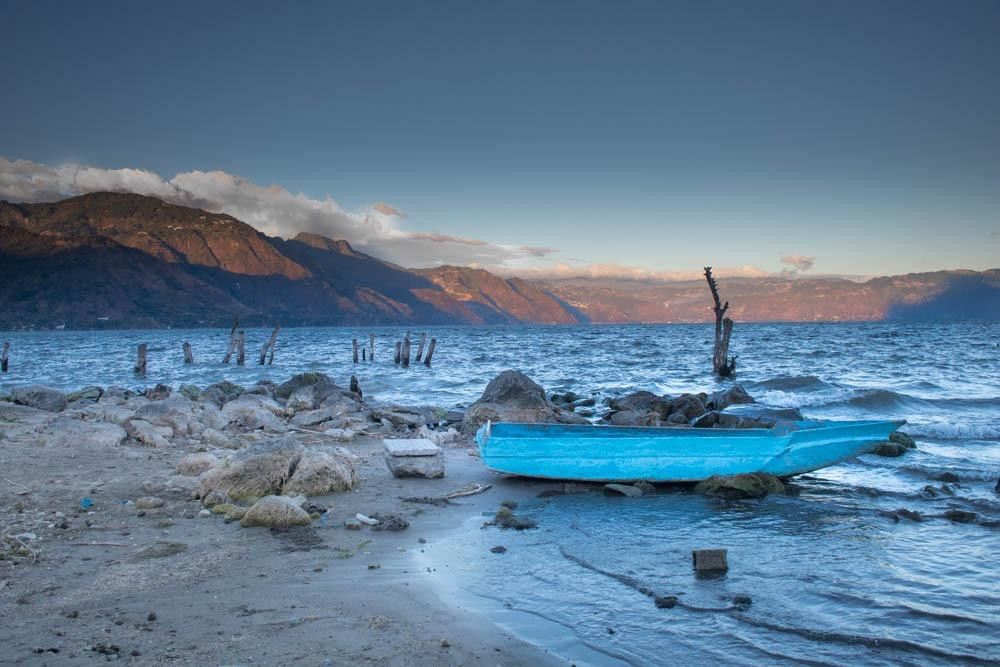 Jezero Atitlan ob sončnem zahodu