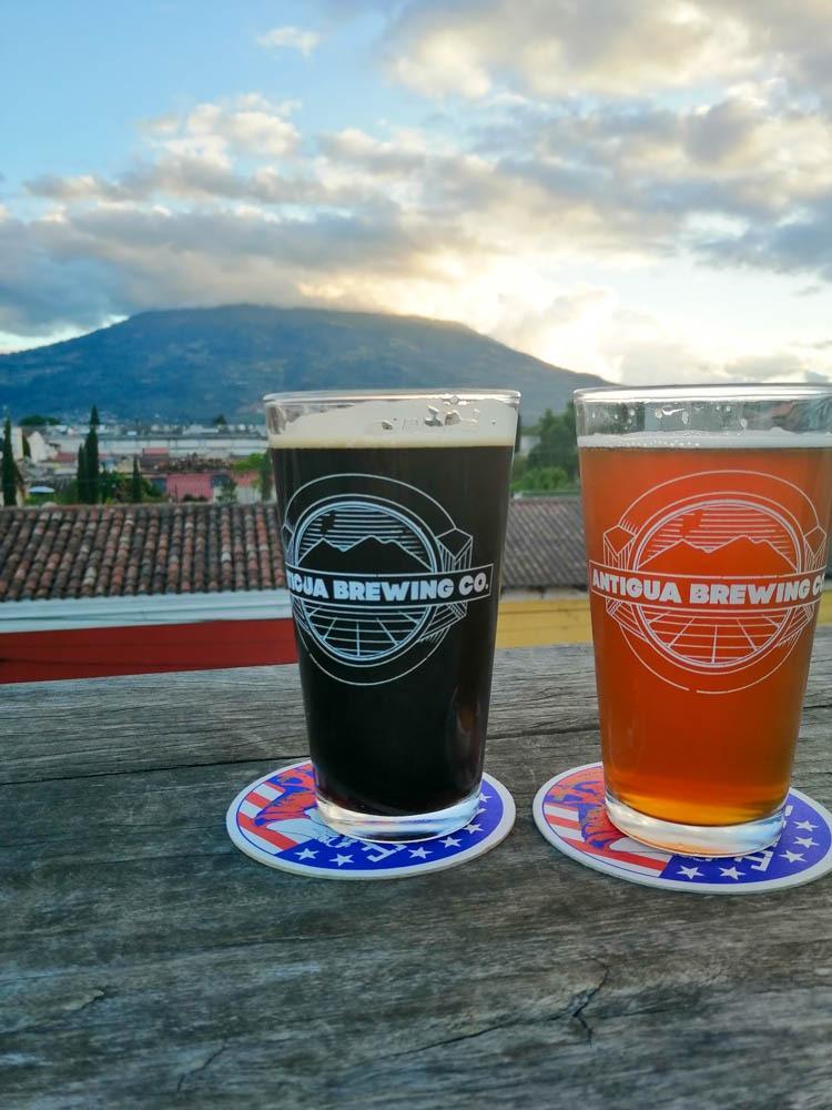 Pivo z najboljšim razgledom na vulkan! (nekaj kar je nujno za tvoj plan potovanja za Gvatemalo!)