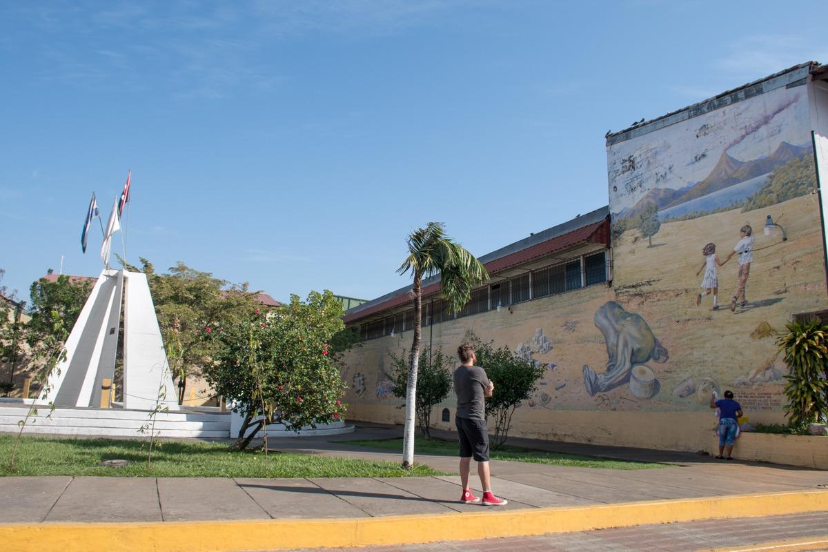 Watching graffiti in Leon under the hot sun (Travel tips Nicaragua)