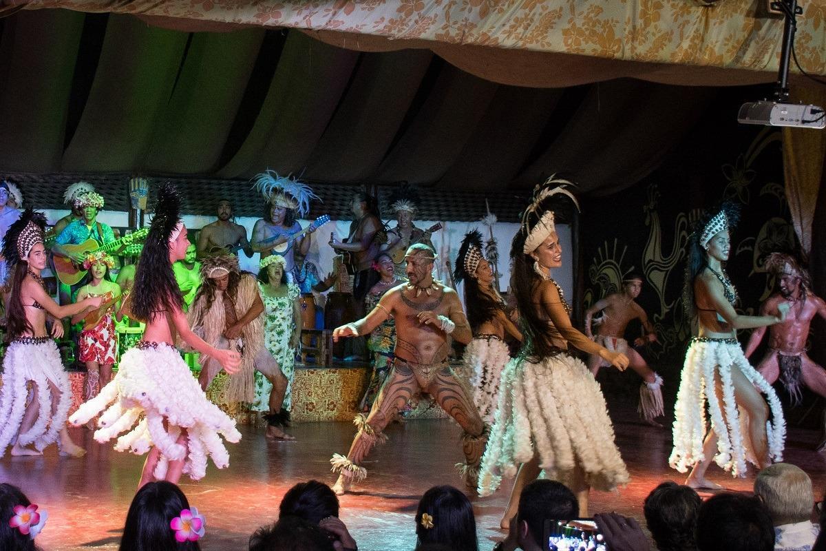 Plesalci tradicionalnega kari kari plesa na Velikonočnem otoku