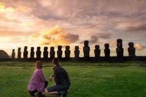Naslovna slika Zgodbe iz Velikonočnega otoka - 2/2. Midva pred kipi ob sončnem vzhodu.