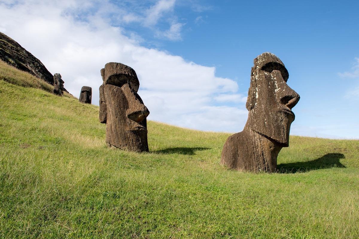 Moai ob vznožju vulkana Rano Raraku