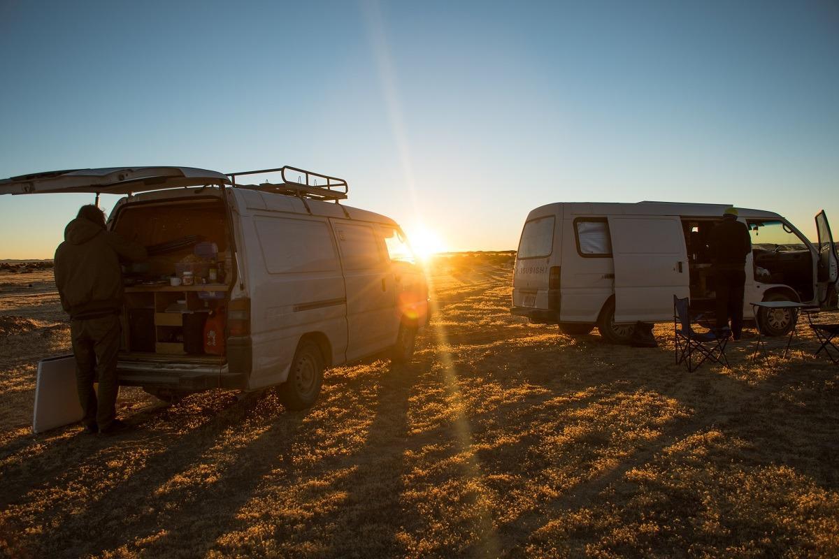 Dva kombija ob sončnem zahodu