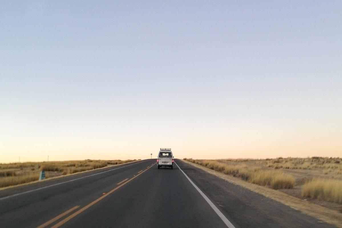 Kombi v daljavi na cesti v Boliviji