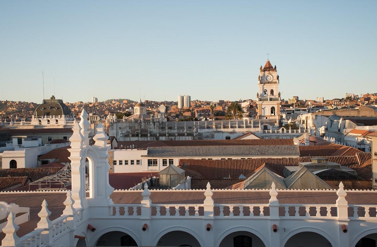 10 stvari, ki jih lahko počneš v Sucreju - pogled na mesto iz strehe samostana ob sončnem zahodu