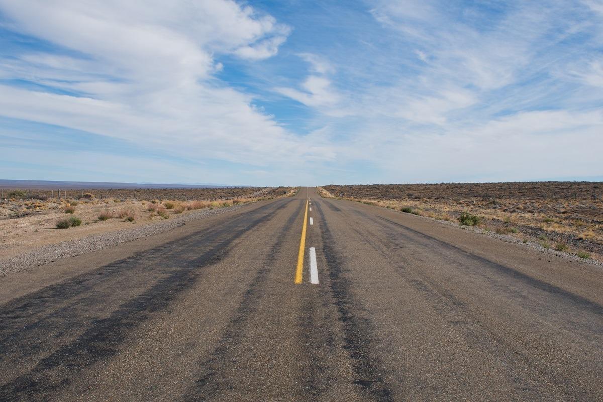 Dolga cesta, ki se vije v neskončnost