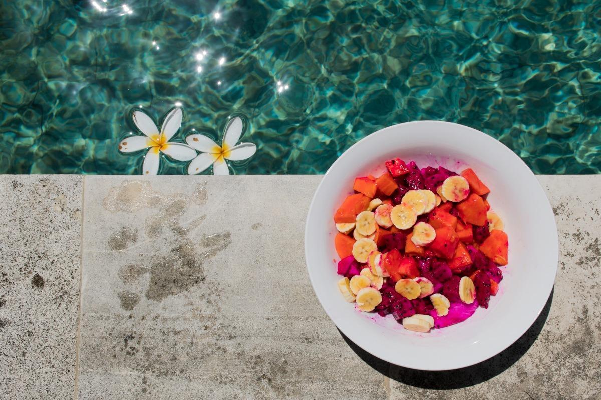Krožnik sadja ob bazenu