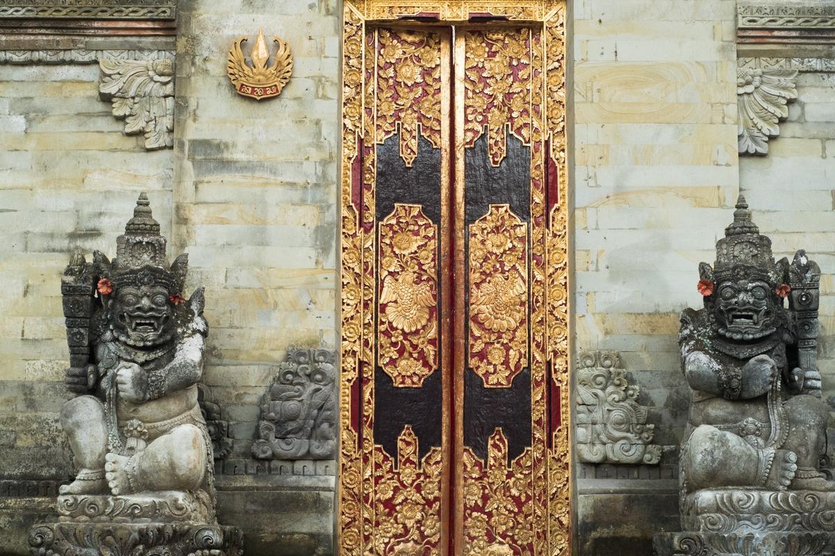 Okrašena vrata in dva kipca ob njih na Baliju