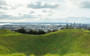 Pogled na Auckland iz gore Mt Eden - travnati krater vulkana in obris mesta v ozadju (naslovna slika Tri dni v Aucklandu