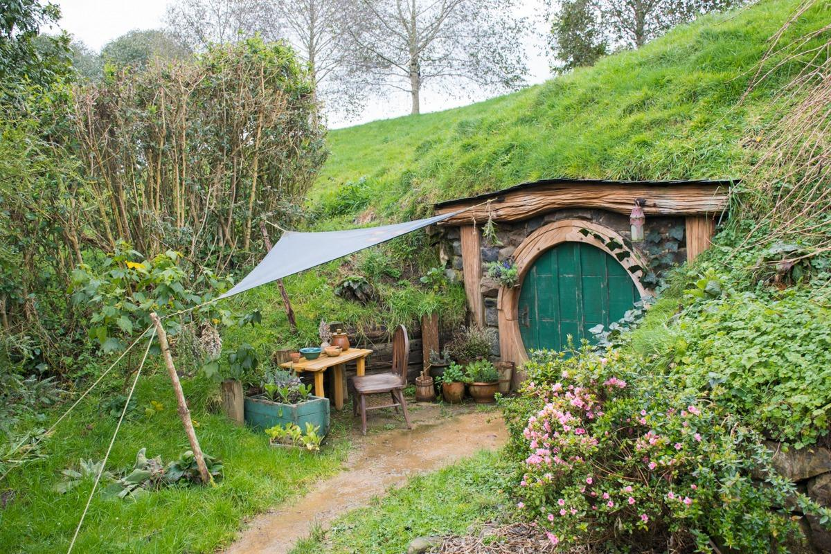 Hobbit hole with green round door in Hobbiton (a must stop at New Zealand North Island Road Trip)