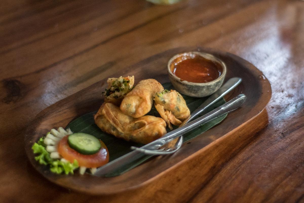 Spomladanski zavitki z omako na leseni plošči