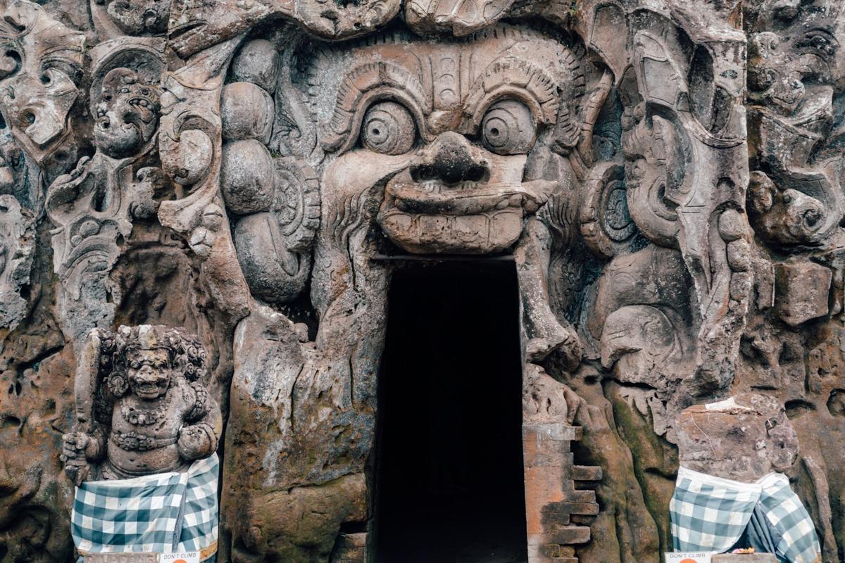 Okrašen vhod v jamo v Goa Gajah templju na Baliju