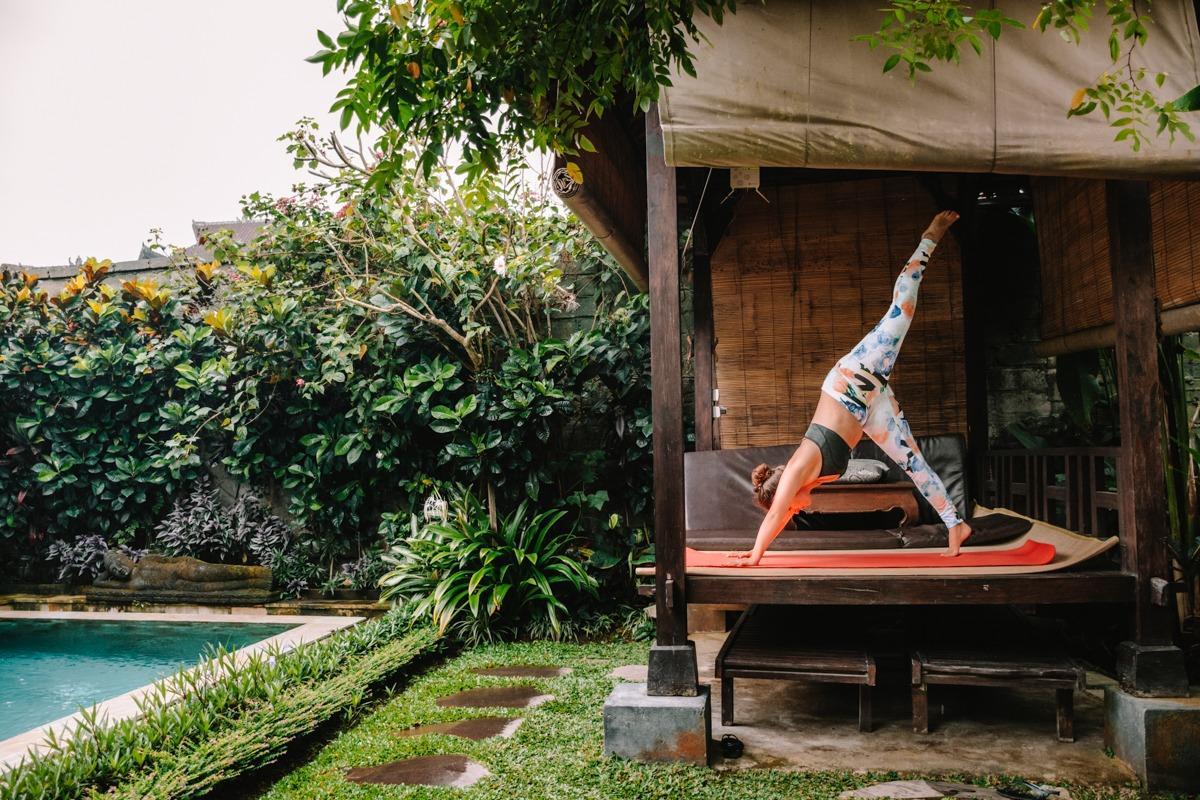 Joga na dvorišču ob bazenu v Ubudu (ena izmed stvari, ki jih lahko počneš v Ubudu)