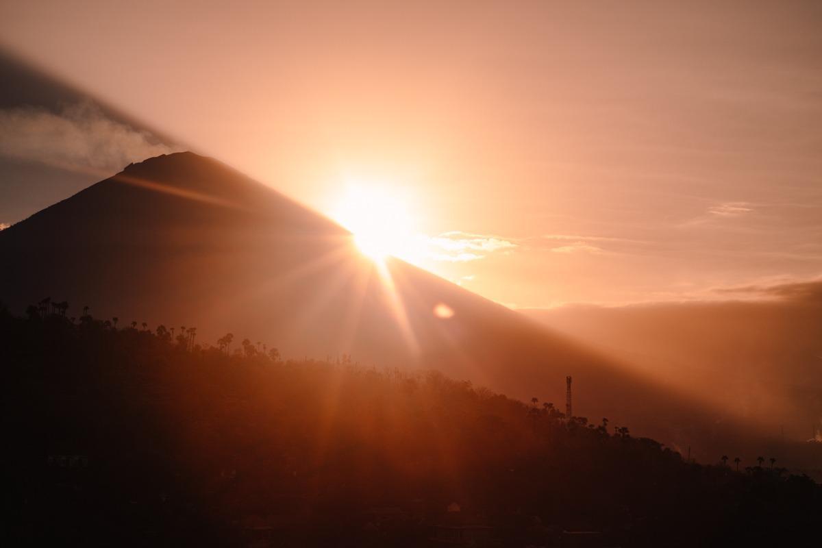 Zahod sonca za vulkanom Agung v Amedu