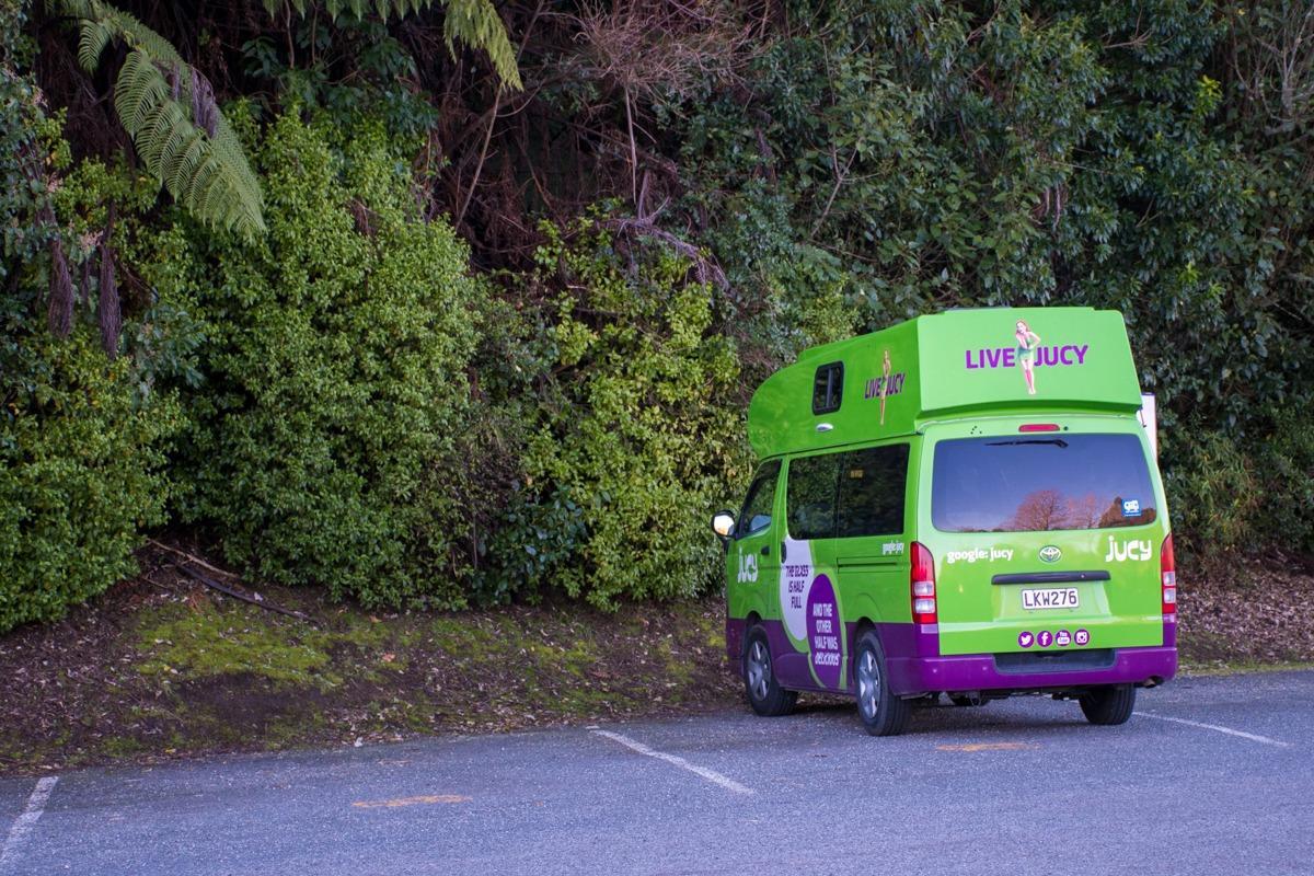 Zeleno-vijolični kampervan na parkirišču