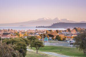 Mesto Taupo v NZ, v ozadju jezero in vulkan