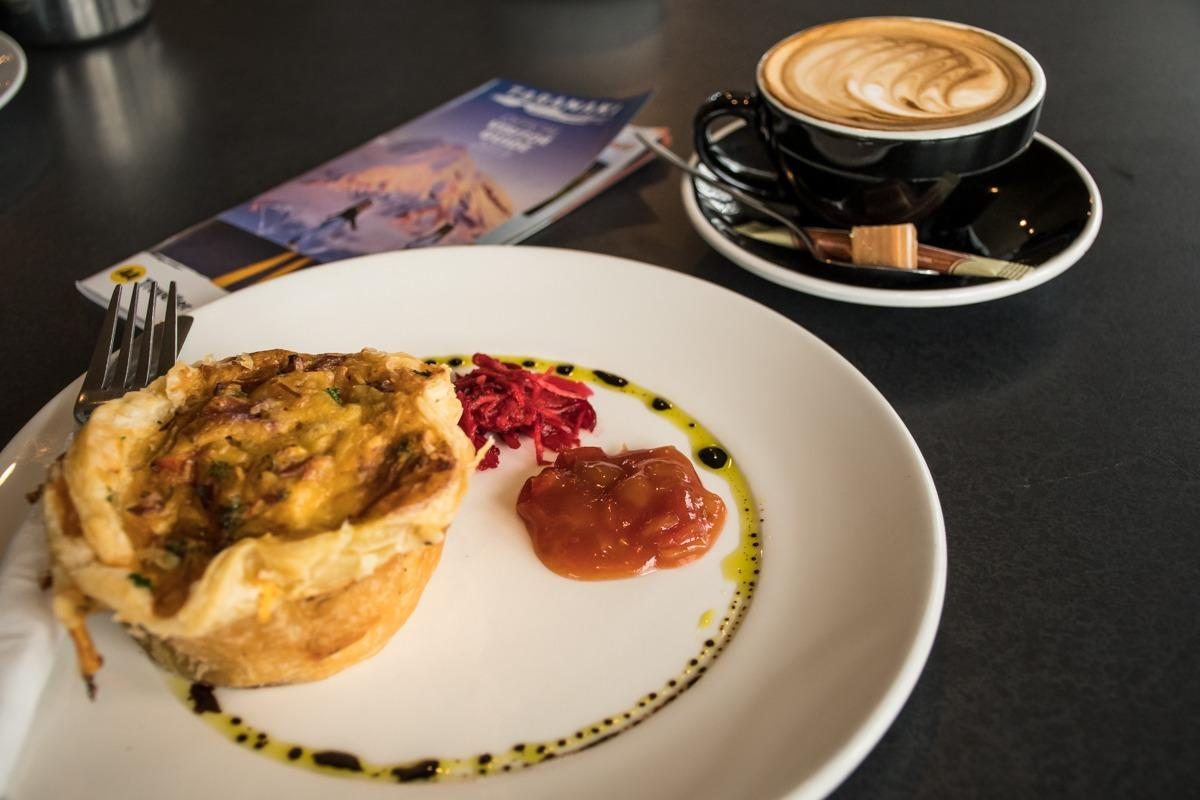 Mesna pita na krožniku in bela kava (Potepuški nasveti za Novo Zelandijo)