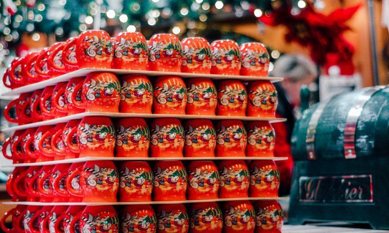 Šalčke za kuhano vino, naložene v obliki kocke (Božični sejem v Baslu)