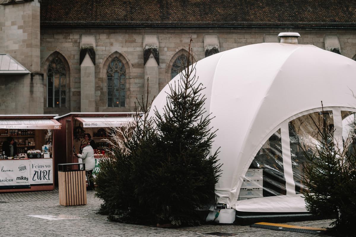 Božični sejem v Zürichu - futuristična stojnica na Münsterhof-Brunnen