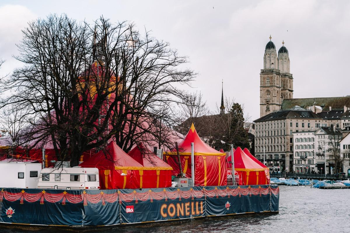 Rdeči božični cirkus na vodi