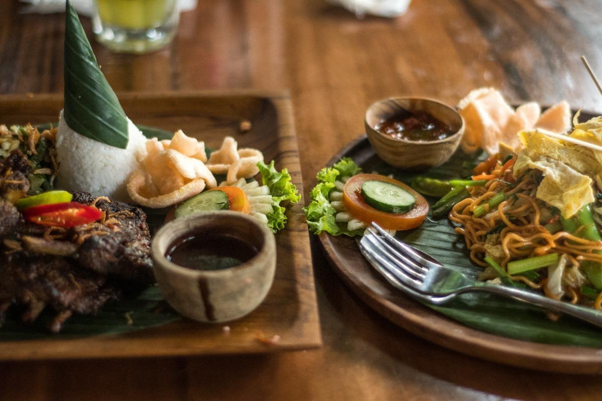 Indonezijska hrana na krožniku (stroški potovanja za Bali)