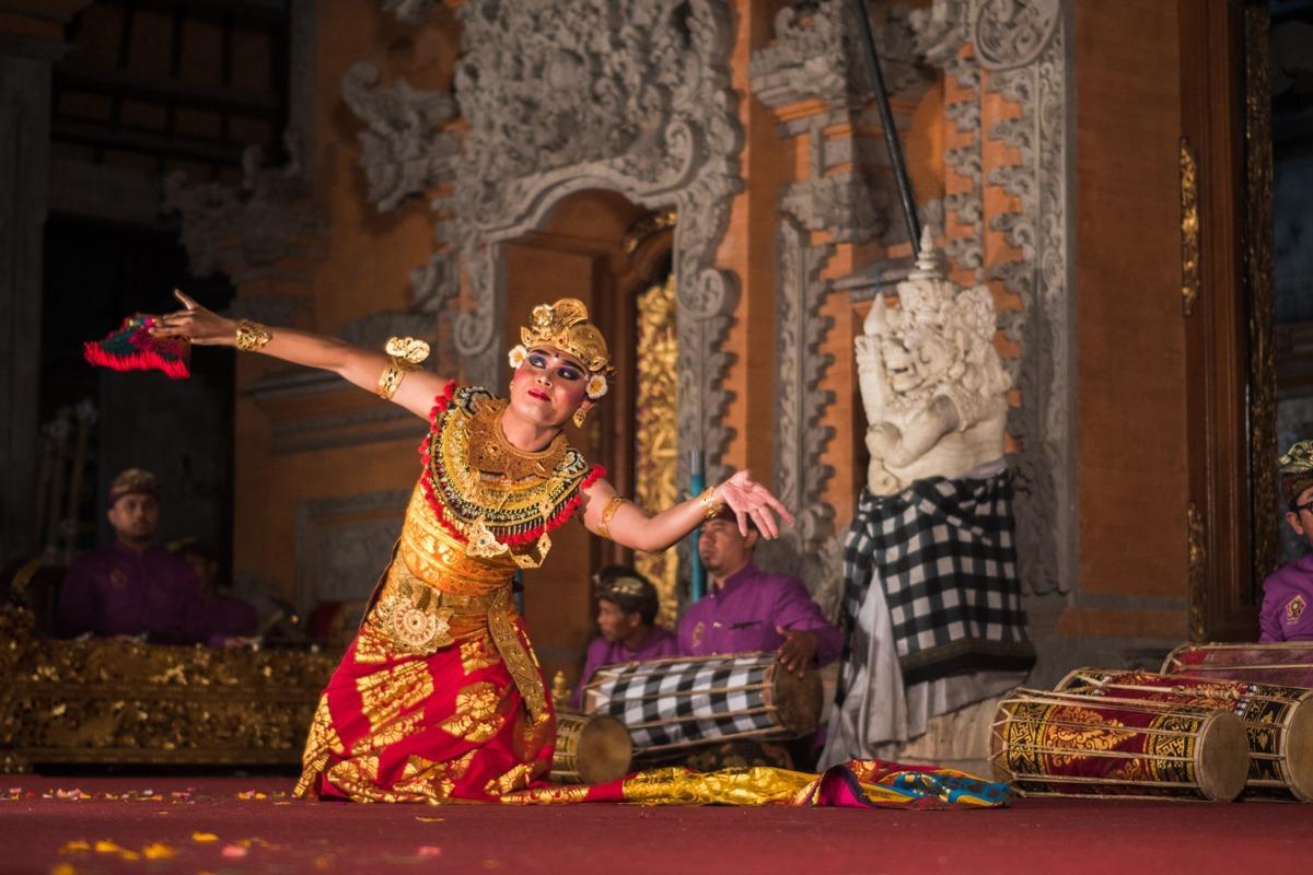 Plesalec balijskega plesa v tradicionalnih oblačilih na odru