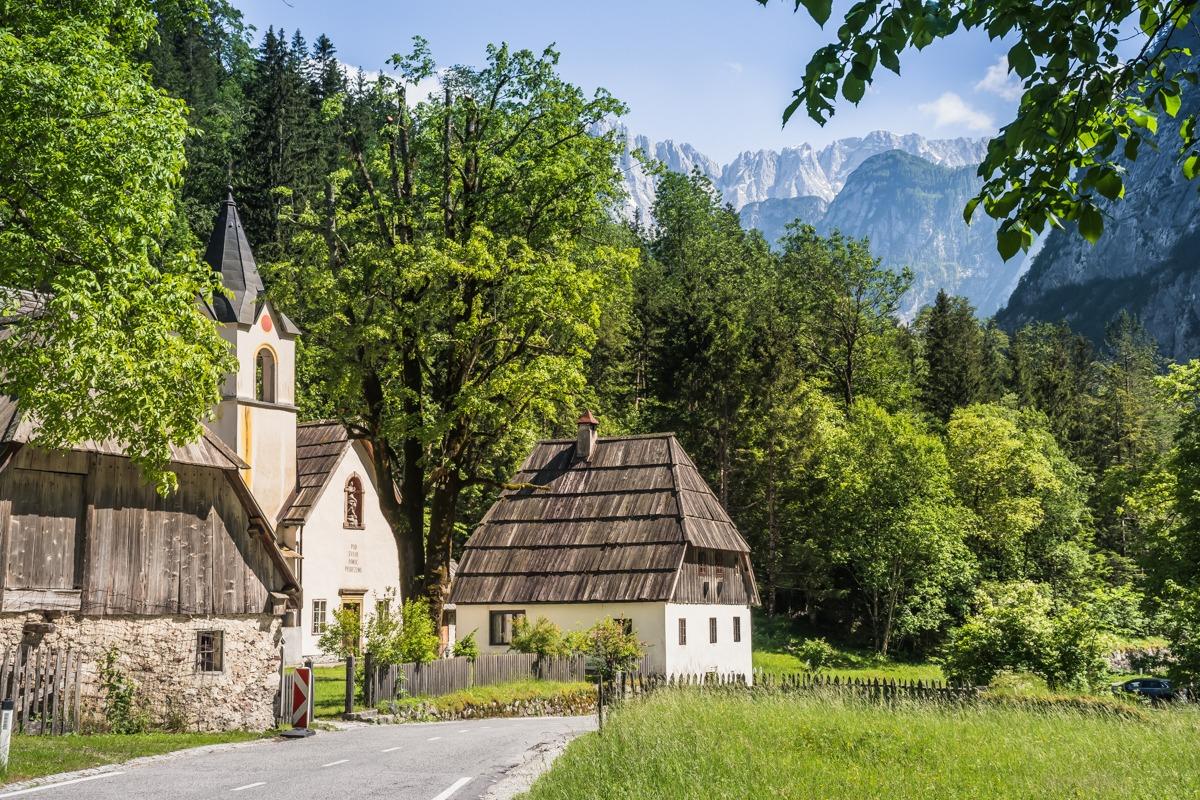 Dolina Soče - cerkev ob cesti in gore v ozadju