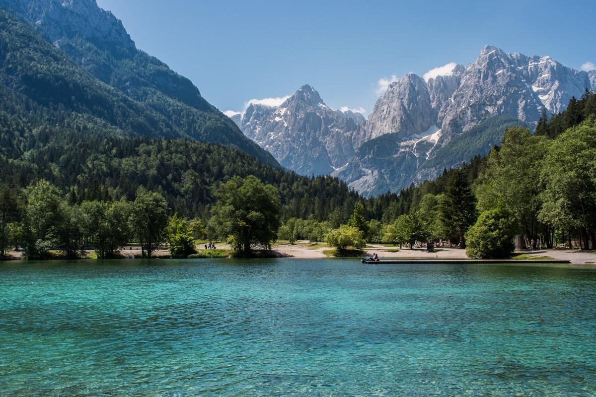Jezero Jasna in gore v ozadju