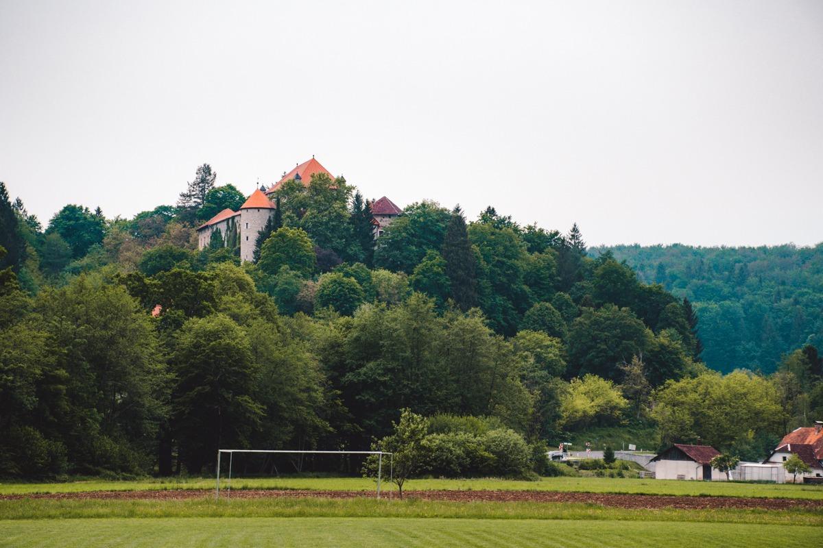 Grad Mirna od daleč - ena izmed znamenitosti Dolenjske