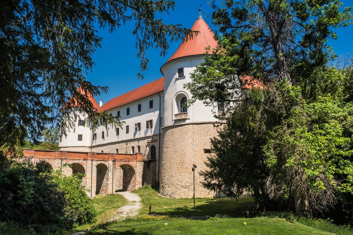 Grad Mokrice z dvižnim mostom